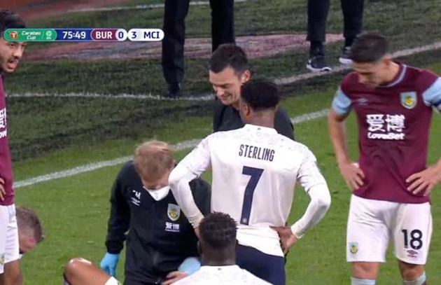 Raheem Sterling receives a rollocking from Sean Dyche following rough challenge - Bóng Đá