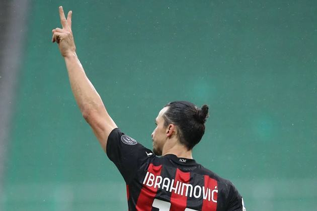 """Ibra looked at the grandstand where the Milan management sit and made a """"2"""" sign followed by a +1 - Bóng Đá"""